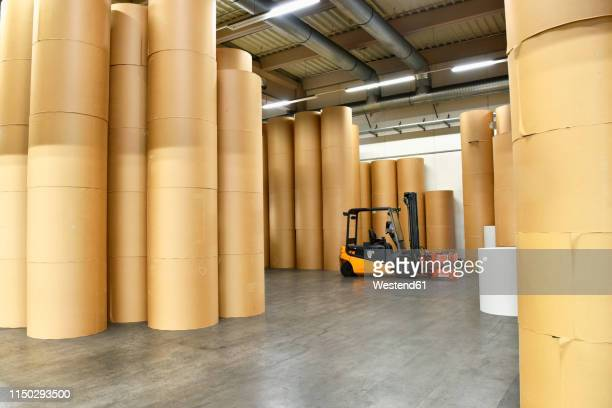 printing shop: paper rolls - gabelstapler stock-fotos und bilder