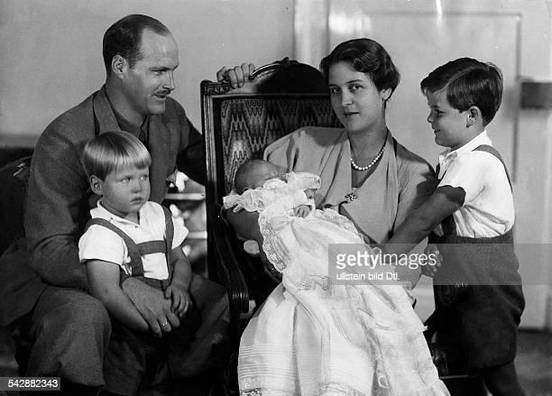 Prinz Georg Donatus von Hessen mit Ehefrau Caecilie und den Kindern Prinz Ludwig Prinz Alexander und Prinzessin Johanna 1907Foto Luise Brockmeyer...