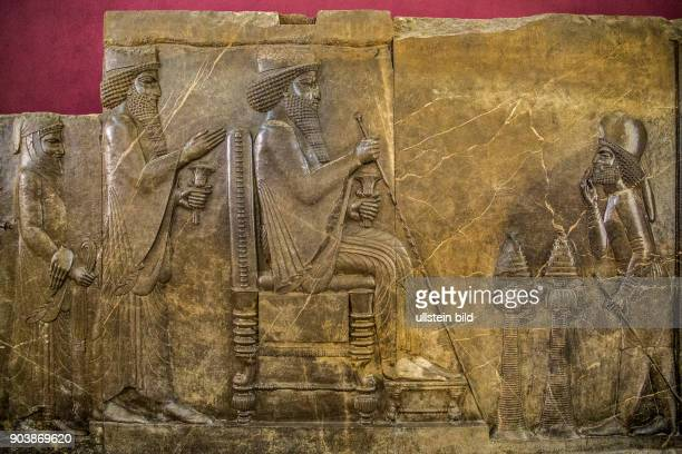 Prinz Xerxes Thronrelief von Darius I d Gr Persepolis Achaemeniden Nationalmuseum Teheran Hauptstadt des Iran IRN Islamische Republik Iran...