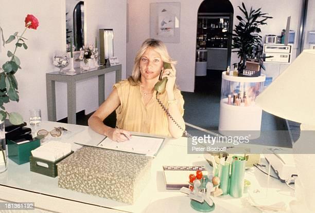 Prinzessin Angela von Hohenzollern München Bayern Deutschland Bräunungscenter Büro Telefon telefonieren Adel