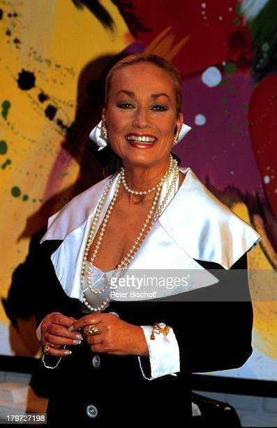 Prinzessin Angela von Hohenzollern Porträt Kette Halskette Ring Schmuck Dekollete Adlige Adel Promis Prominenter Prominente