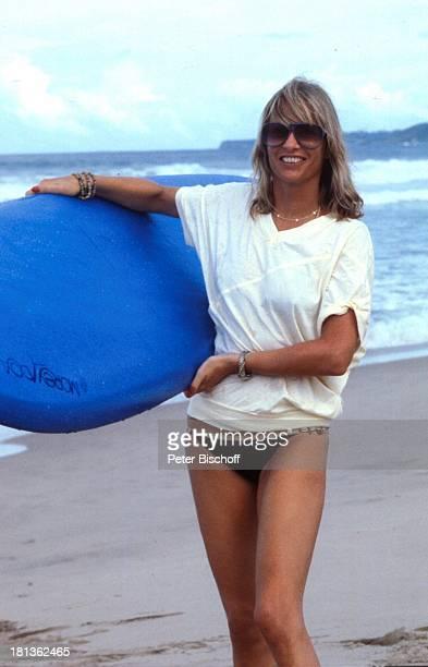 Prinzessin Angela von Hohenzollern Urlaub auf Barbados Barbados Karibik SurfBrett Sonnenbrille Halskette Schauspieler Adel