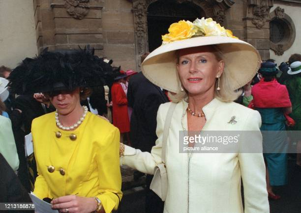 Prinzessin Elisabeth von SachsenWeimar kommt mit anderen Gästen aus der Kirche An der Trauung von Prinzessin Desiree von Sachsen Weimar Eisenach und...