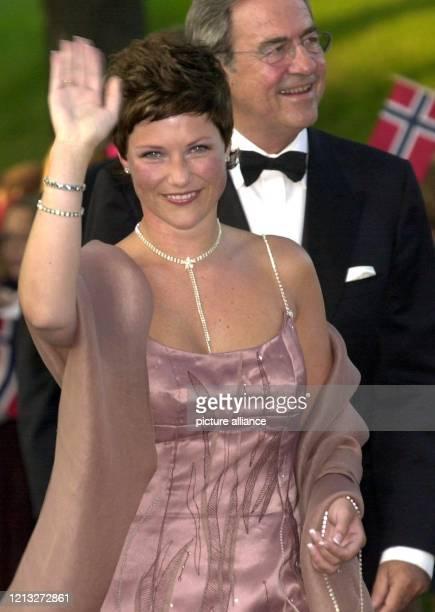 Prinzessin Märtha Louise von Norwegen, Schwester von Kronprinz Haakon, trifft am 24.8.2001 winkend zu dem Festbankett auf Schloss Akershus ein, das...