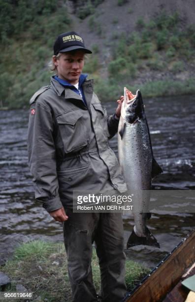 Prise d'un saumon dans la rivière Alta en juin 1992 en Norvège