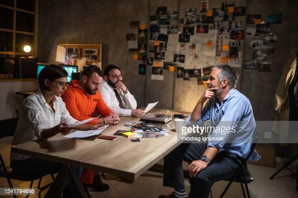 尋問室で弁護士の前で刑事のインタビューを受けている囚人 - 刑事司法 ストックフォトと画像