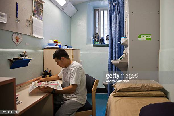 A prisoner in an induction cell on E wing HMP Wandsworth London United Kingdom Wandsworth is the largest prison in the UK currently able to hold 1665...