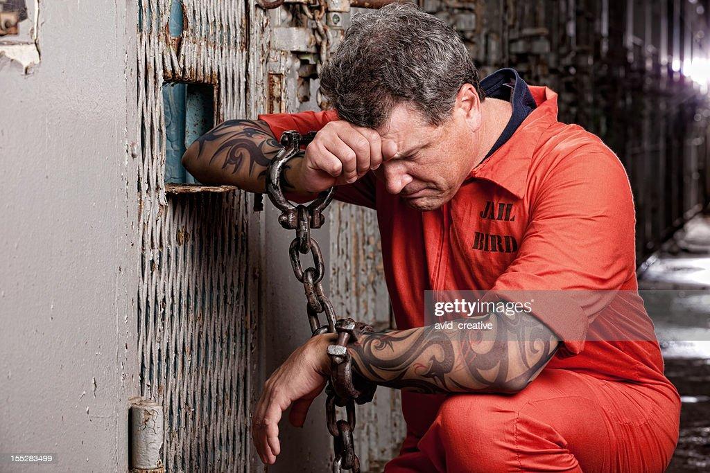 Preso sobre sus rodillas medida en la cárcel : Foto de stock