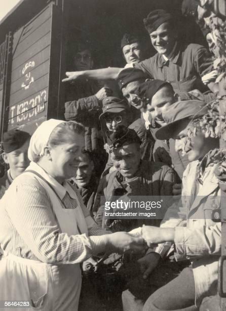 Prisoners of war are greeted at their return Photography 461955 [Spaete Kriegsheimkehrer aus Russland werden in der Heimat begruesst oesterreich...