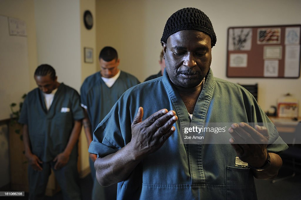 (KL) PRISONFAITH08h Michael Corbett performs leads the Friday prayer at Four Mile Corrections Facility. Corbett is serving life for murder. In the 1980s, he converted to Islam and since then has been a model prisoner and has become an Imam to help lead ot : News Photo