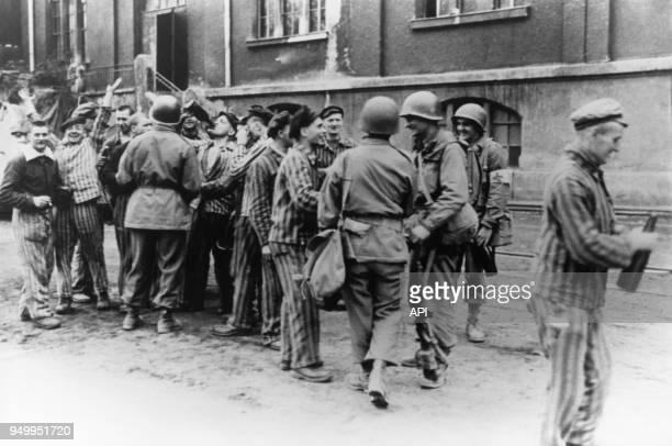 Prisonniers du camp de concentration de Dachau célébrant leur libération en avril 1945 Allemagne