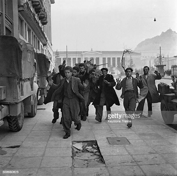Prisonniers partisans de l'EAM ayant combattu contre les britanniques sont forcés de quitter leur siège par les tanks à Athènes Grèce circa 1940