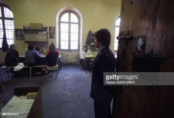 Prisonniers sous la surveillance d'un gardien à la maison d'arret de Rion le 20 mars 1984 France