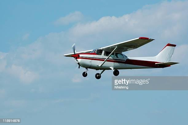 Privatflugzeug Cessna 172 in blauer Himmel mit weißen Wolken