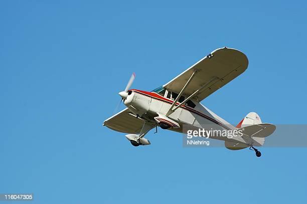 Privatflugzeug Fairchild M62A fliegen in klaren blauen Himmel