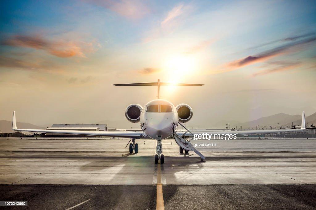 Private Jet auf der Landebahn des Flughafens : Stock-Foto