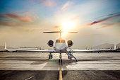 Private Jet auf der Landebahn des Flughafens