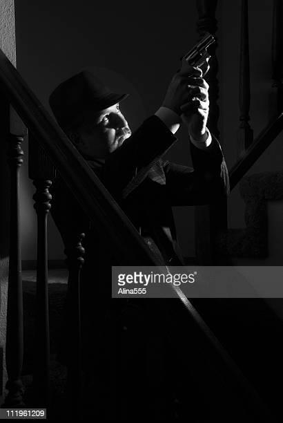 Oeil Priviate pointant un pistolet à quelqu'un style film noir