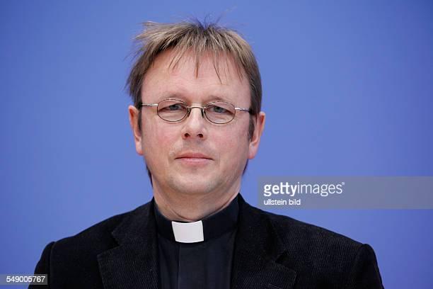 Prälat Dr Karl Jüsten Vorsitzender der GKKE anlässlich der Bundespressekonferenz in Berlin Thema Rüstungsexportbericht 2011 der Gemeinsamen Konferenz...