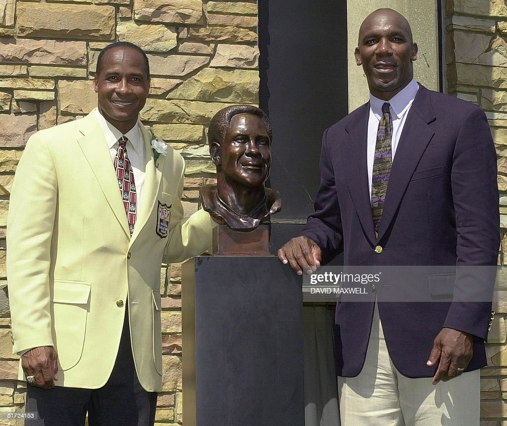 Pro Football Hall of Fame enshrinee Lynn Swann (L) : News Photo