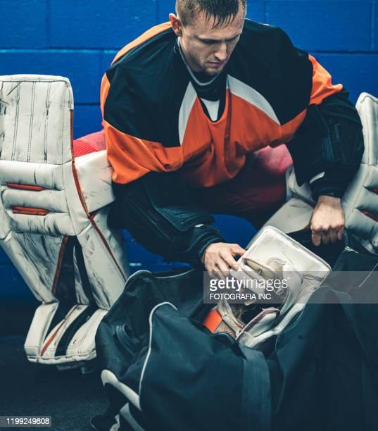 pro hockey keeper na de training - doelman ijshockeyer stockfoto's en -beelden