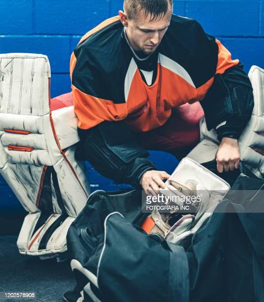 pro hockey goalie na de training - doelman ijshockeyer stockfoto's en -beelden