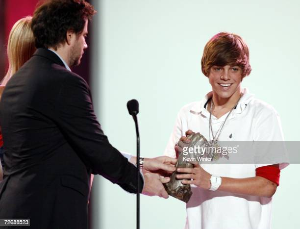 Pro skater Ryan Sheckler accepts Male Skaterboarder of The year from actor Jamie Kennedy at Arby's Action Sports Awards at Center Stage on November...