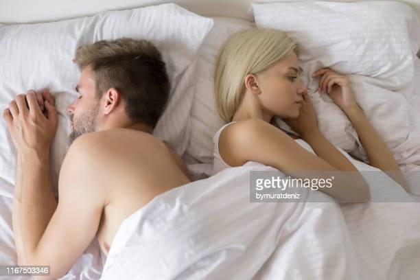 problemen in relatie op bed - relatieproblemen stockfoto's en -beelden