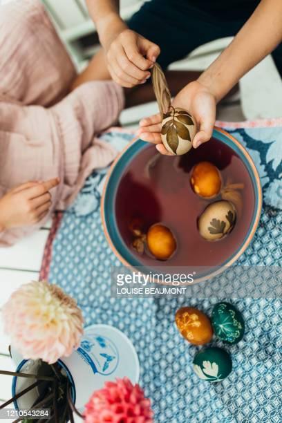 prozess des natürlichen sterbens von ostereiern - färbemittel stock-fotos und bilder