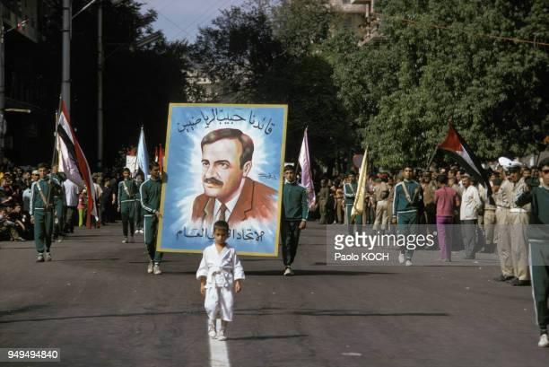 Procession avec un portrait du présidant Hafez elAssad pendant le festival du Coton à Alep en Syrie