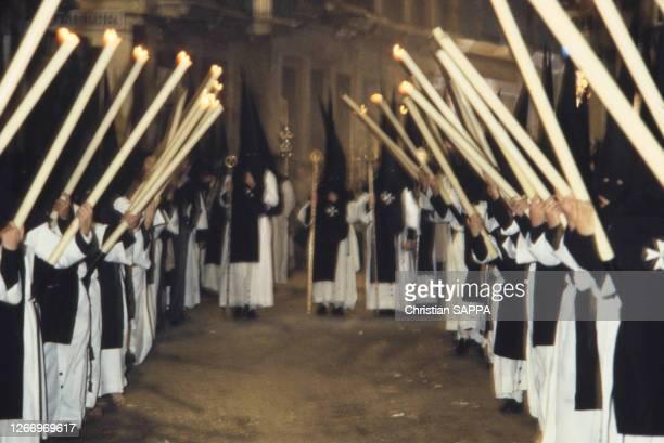 Procession de pénitents pendant la semaine sainte à Séville, en Andalousie, en mai 1985, Espagne.