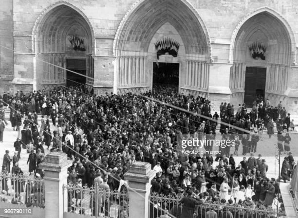 Procession massive autour de l'entrée de la cathédrale inaugurée après avoir quasiment détruite pendant la Première Guerre Mondiale le 24 octobre...