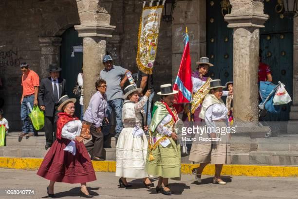 procession de gens avec des robes multicolores au cours de la célébration de la parade du dimanche des rameaux de pâques à la ville d'ayacucho, pérou. - cloche de paques photos et images de collection