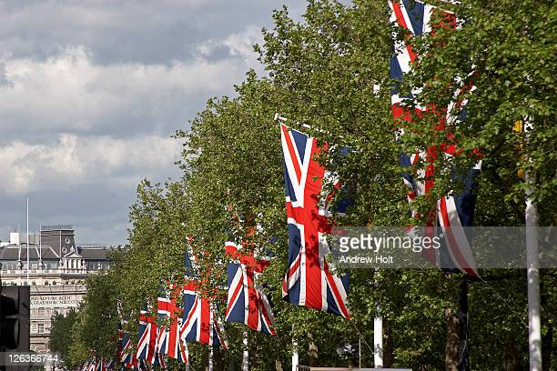 a procession of union jack flags flying on the mall on a bright summer's day. - andrew jack stock pictures, royalty-free photos & images