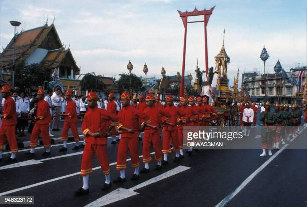 Procession religieuse brahmane devant le temple Wat Suthat à Bangkok en février 1988 Thaïlande