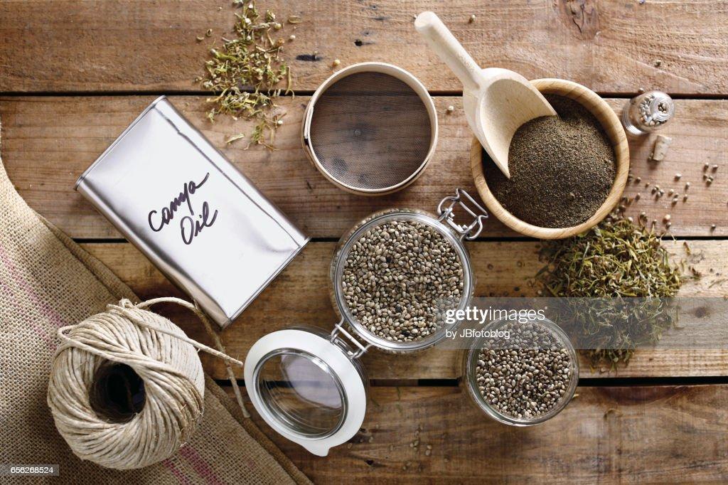 prodotti alla canapa su tavola : Foto de stock