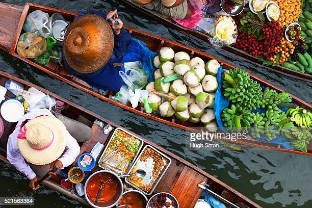 produce and prepared food sellers at bangkok floating market - hugh sitton stock-fotos und bilder