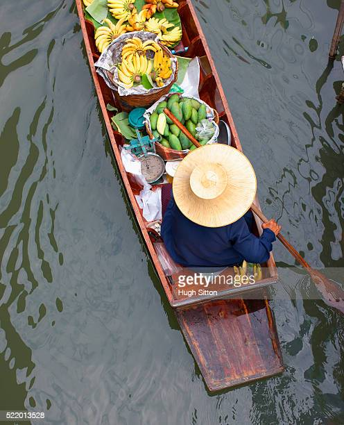 produce seller at bangkok floating market - hugh sitton stock pictures, royalty-free photos & images