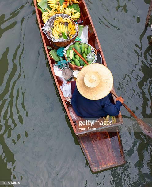 produce seller at bangkok floating market - hugh sitton fotografías e imágenes de stock
