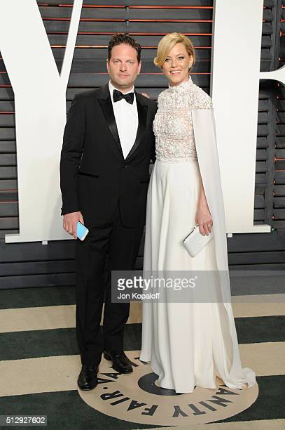 Producer Max Handelman and actress Elizabeth Banks attends the 2016 Vanity Fair Oscar Party hosted By Graydon Carter at Wallis Annenberg Center for...