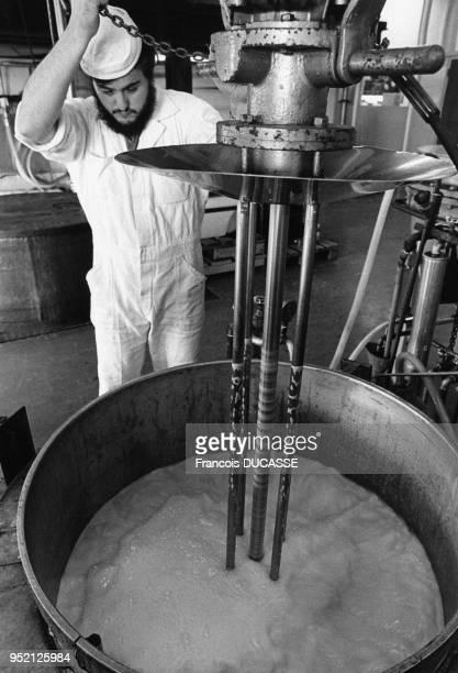 Production de médicaments dans le laboratoire pharmaceutique Labaz à Bordeaux en 1984 en Gironde France