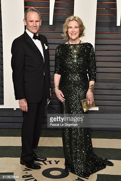 Production desgner Bo Welch and actress Catherine O'Hara attend the 2016 Vanity Fair Oscar Party Hosted By Graydon Carter at the Wallis Annenberg...