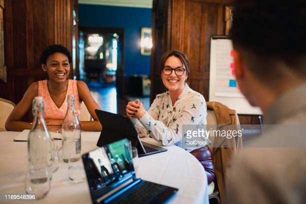 produktives teammeeting - thinking outside the box englische redewendung stock-fotos und bilder