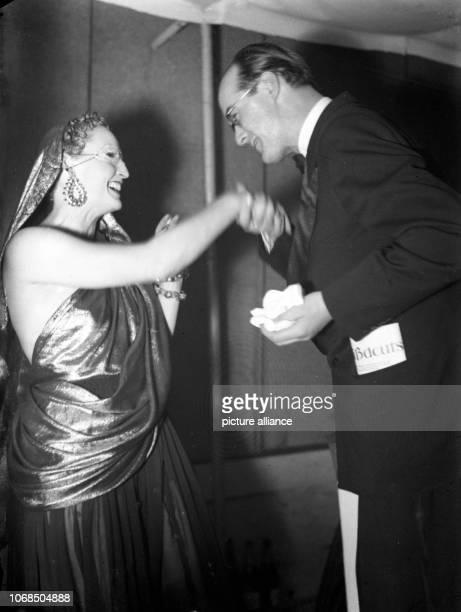 Produktionsleiter Heinz Richter von der CameraFilmgesellschaft begrüßt die Schauspielerin Brigitte Helm die trotz ihrer Maske nicht inkognito bleiben...
