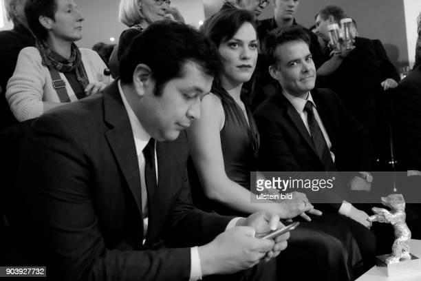 Produzent Gonzola Maza Schauspielerin Daniela Vega und Regisseur Sebastian Lelio mit dem Silbernen Bären für das Beste Drehbuch zum Film A FANTASTIC...