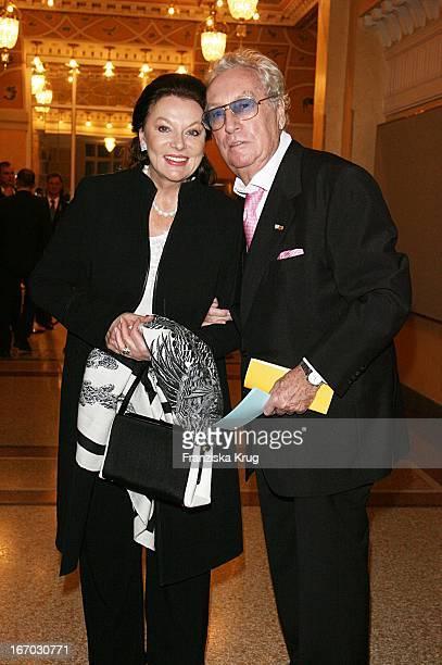 Produzent Helmut Ringelmann Und Ehefrau Evelyn Opela Bei Der Ankunft Zur Verleihung Des Bayerischen Filmpreis Im Prinzregententheater In München