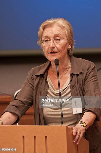 Prof Dr Claudia von Braunmühl bei einem Vortrag bei der dreitägigen Summer School 2013 zum Thema States Markets and Development in the 21st Century...