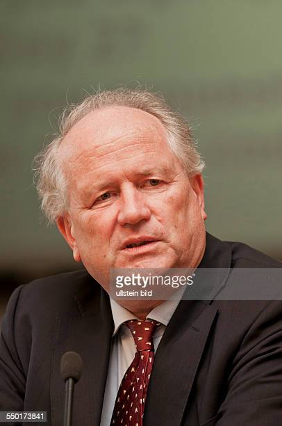 Prof Dr Heiner Flassbeck bei der Eröffnung der dreitägigen Summer School 2013 zum Thema States Markets and Development in the 21st Century im...