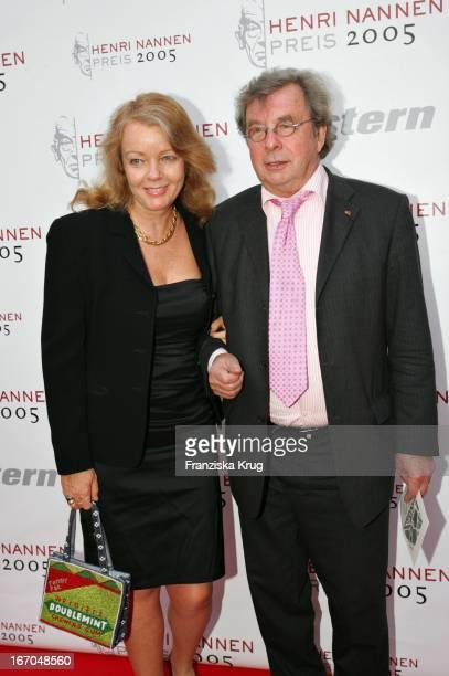 Prof. Dr. Hellmuth Karasek Mit Seiner Ehefrau Armgard Bei Der Verleihung Des Henri Nannen Preis Im Deutschen Schauspielhaus In Hamburg .