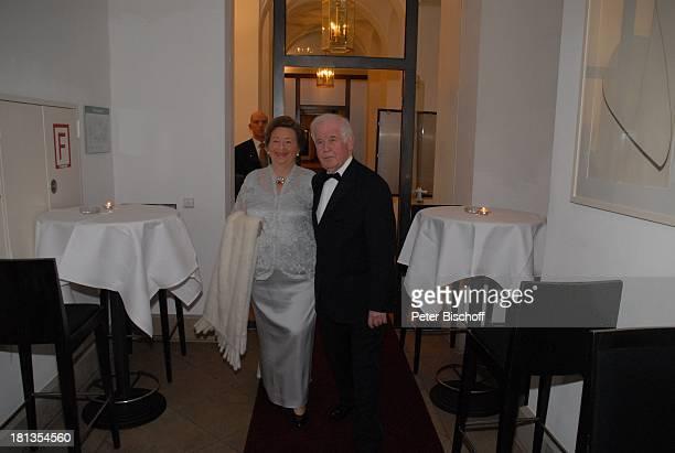 """Prof. Dr. Kurt Biedenkopf mit Frau Ingrid, Gala """"Semper Opernball"""", Dresden, Sachsen, Deutschland, """"Hotel Kempinski"""", zärtlich, streicheln, Kette,..."""